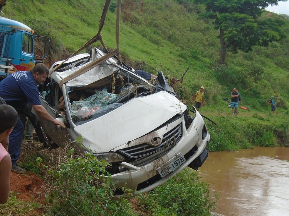 Veículo foi retirado com auxílio de um guincho (Foto: Paulo Roberto da Rádio/Divulgação)