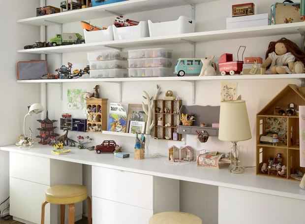 Nos quartos das crianças, estantes e prateleiras criam espaço para guardar todos os brinquedos (Foto: Indecora/ Reprodução)