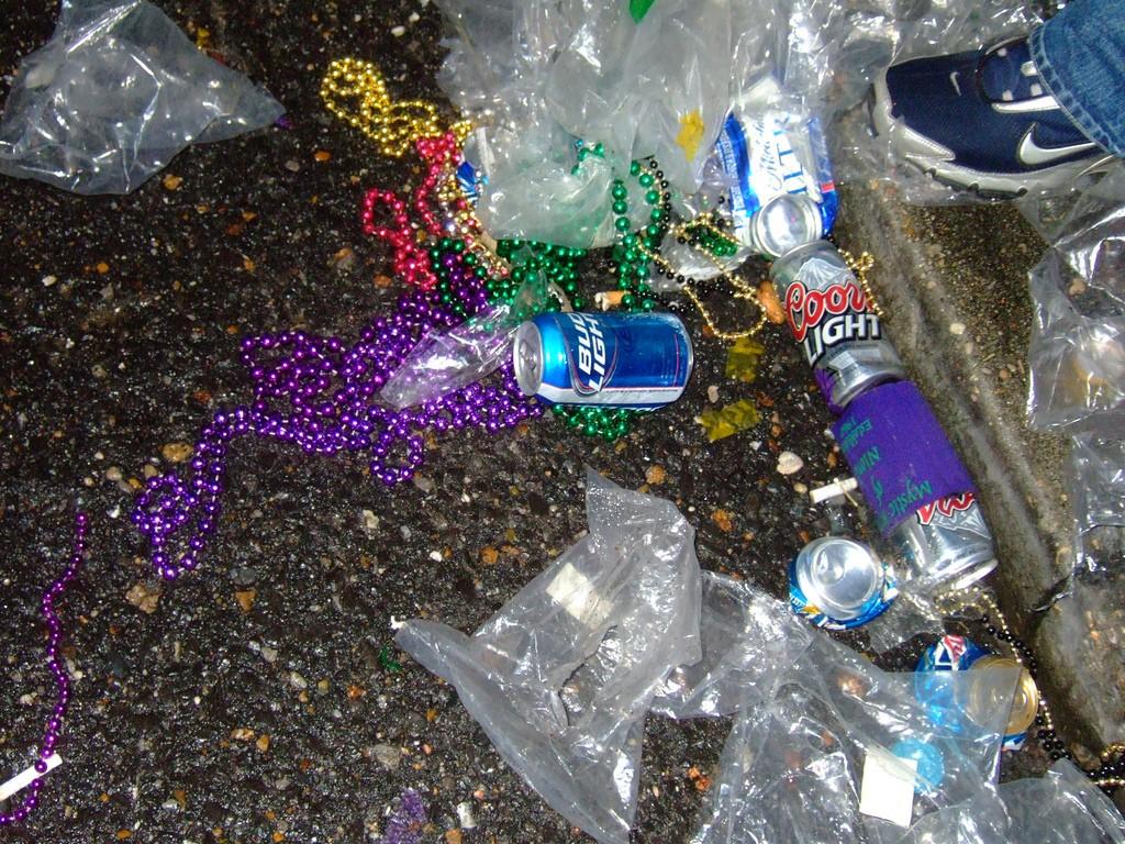 Lixo plástico do Carnaval está longe de vir somente do glitter e da purpurina. (Foto: Creative Commons)