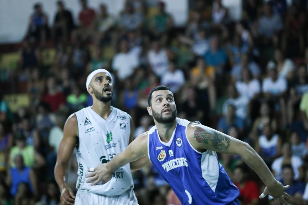 Ansaloni, de azul, está apalavrado com o Botafogo (Foto: Caio Casagrande / Bauru Basket)