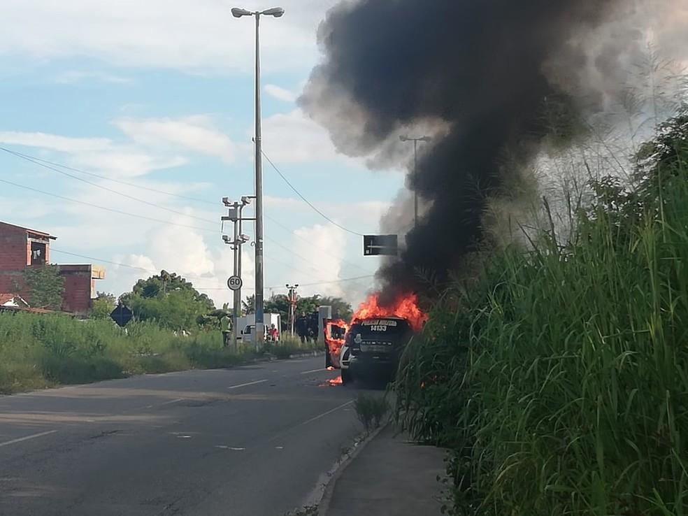 Carro da Polícia Militar pega fogo depois de sair de manutenção em oficina, no Ceará. — Foto: Arquivo pessoal