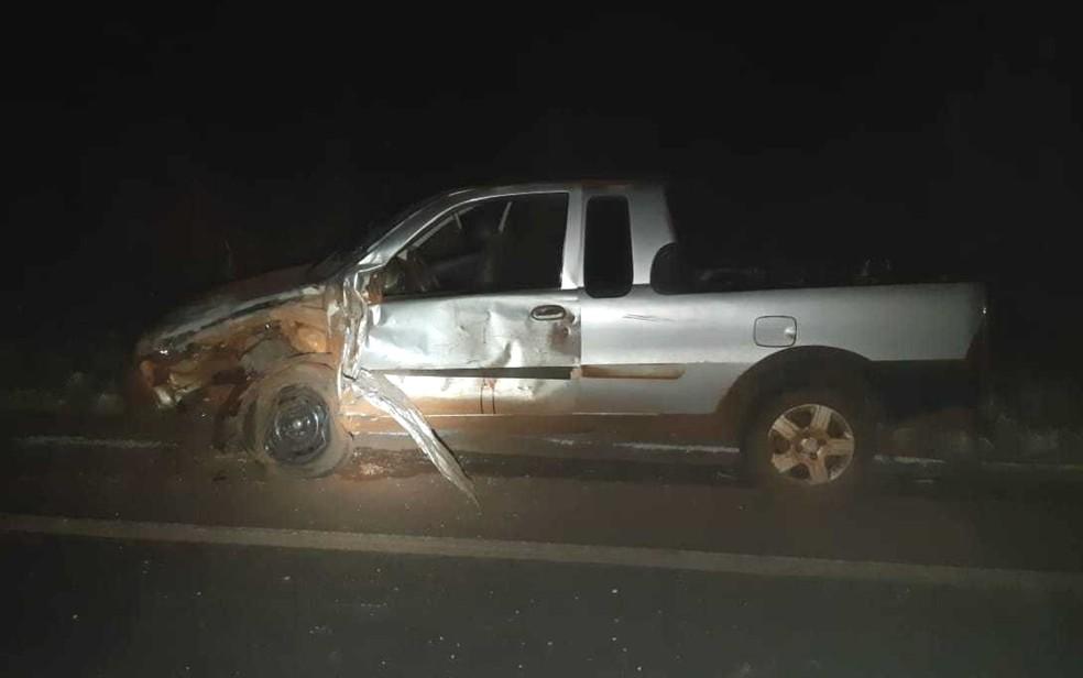 Motorista de picape teve ferimentos leves após batida — Foto: PRF/Divulgação