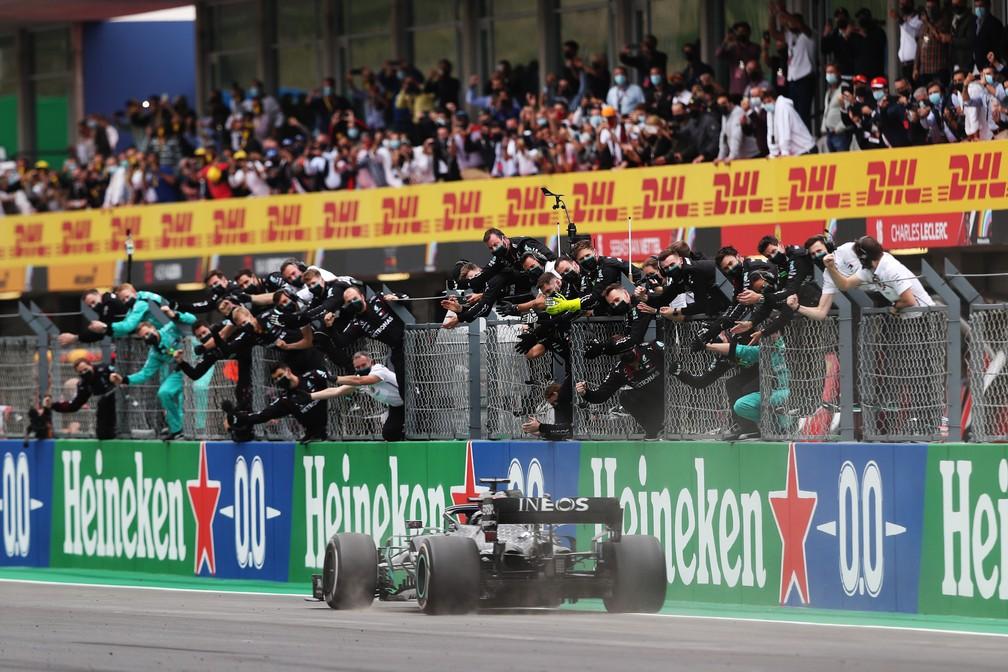Lewis Hamilton cruza a linha de chegada para vencer pela 92ª vez na F1 — Foto: Getty Images