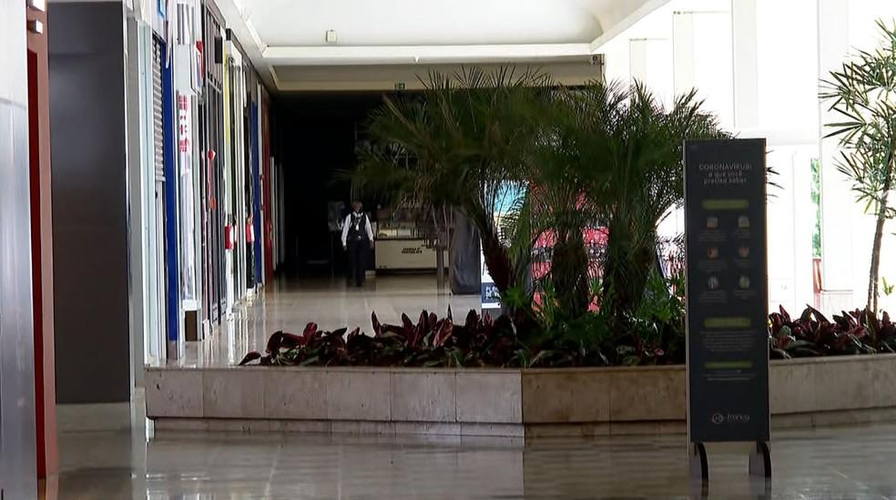 Lojas fechadas em shopping de Franca, SP, devido à pandemia de coronavírus — Foto: Jefferson Severiano Neves/EPTV