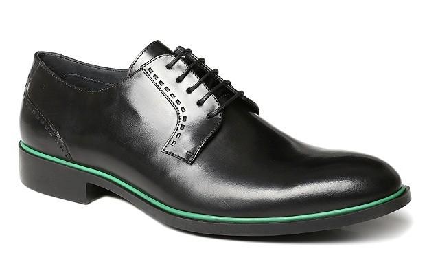 Sapato com toque de cor | O sapato social derby de couro ganha um toque a mais de estilo com a linha verde água. Disponível nas cores preto, whisky, marinho e conhaque, do 38 ao 43 | Da Radamés, R$375,00.  (Foto: Divulgação)