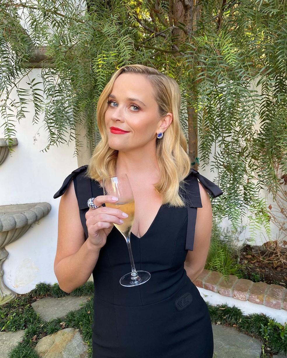 Reese Witherspoon com vestido pretinho básico — Foto: Reprodução