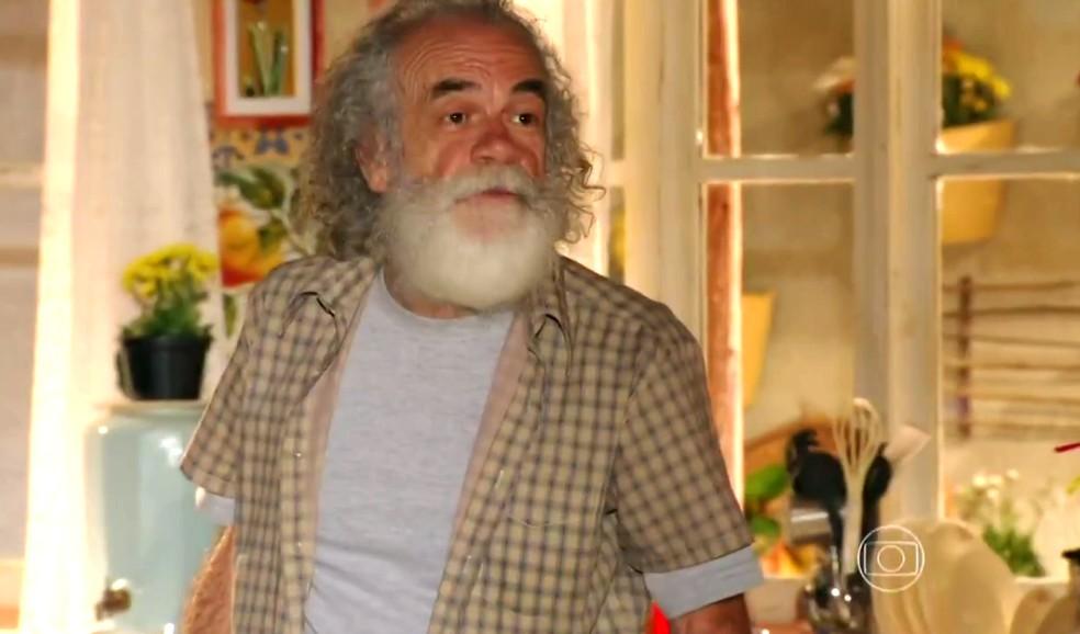 Chico (Cacá Amaral) se preocupa quando Cassiano (Henri Castelli) sai de casa cheio de raiva - 'Flor do Caribe' — Foto: Globo