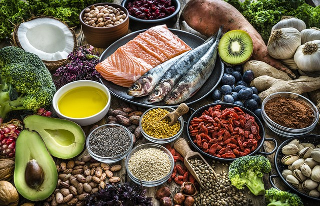 High angle view of healthy, antioxidant group of food. The composition includes food rich in antioxidants considered as a super-food like avocado, kale, blueberries, chia seeds, coconut, broccoli, different nuts, salmon, sardines, pollen, quinoa, sweet po (Foto: Getty Images)