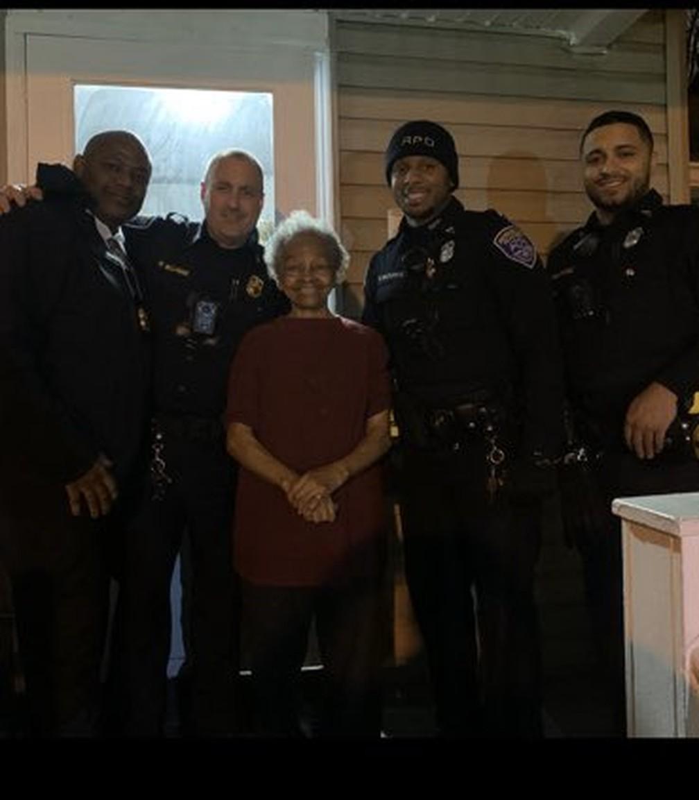 Os policiais pediram uma selfie a Willie — Foto: Reprodução/Twitter Rochester NY Police