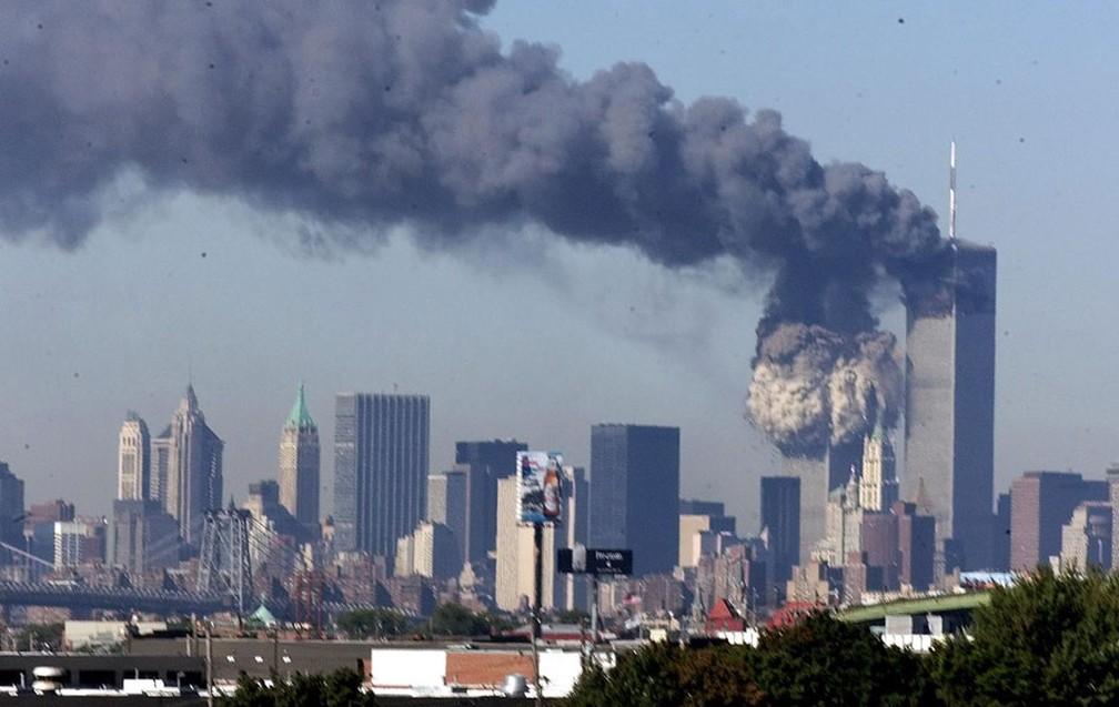Torres Gêmeas emitem grande nuvem de fumaça após serem atacadas em 11 de setembro de 2001 — Foto: The New York Times