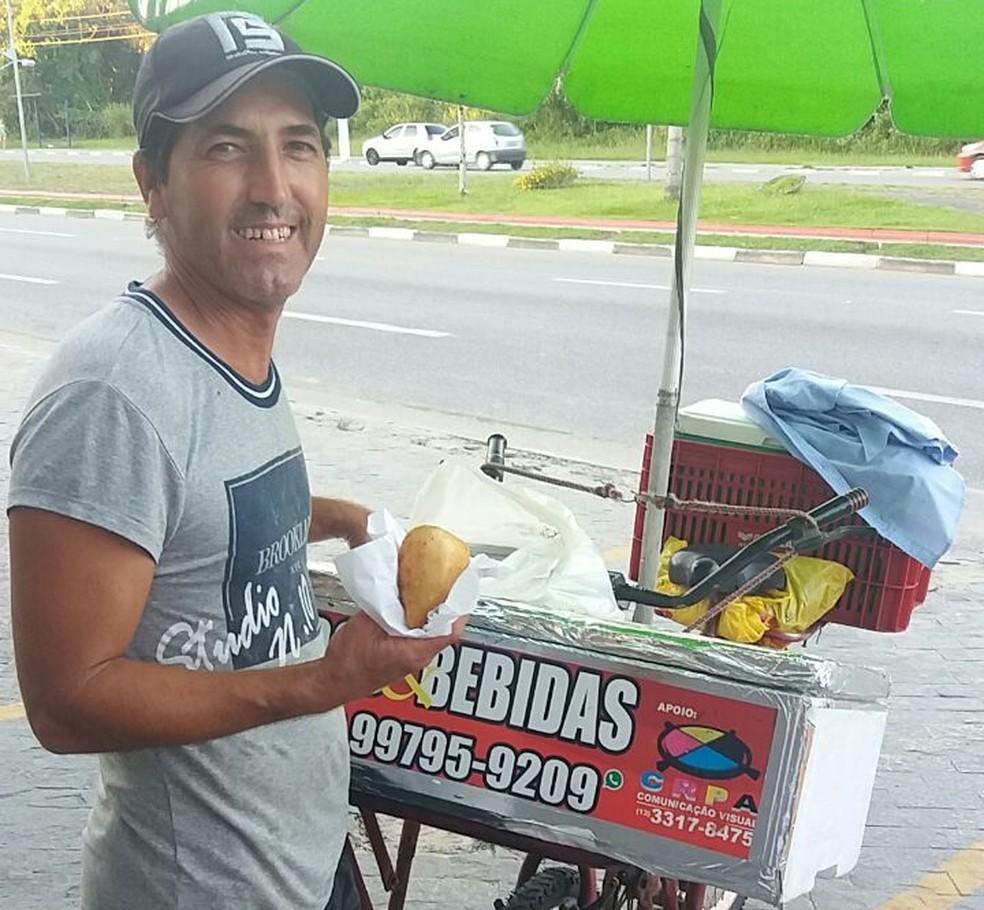 Peres ganha a vida vendendo salgados em Bertioga (Foto: Arquivo Pessoal)