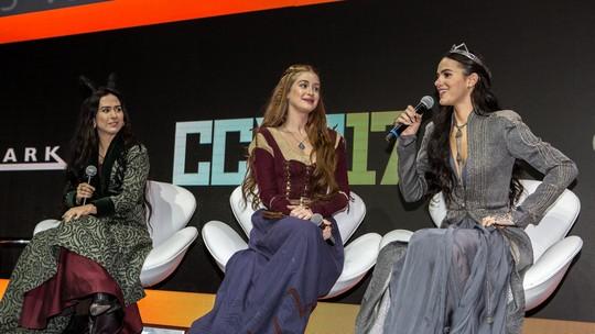 Bruna Marquezine, Marina Ruy Barbosa e Tatá Werneck de 'Deus Salve o Rei' participam da 'Comic Con Experience 2017'