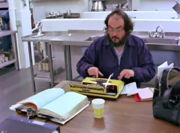 """O cineasta Stanley Kubrick, responsável por """"O Iluminado"""", """"2001 - Uma Odisseia no Espaço"""" e """"Laranja Mecânica"""", gostava de escrever seus roteiros em sua Addler Tippa S (Foto: Reprodução)"""