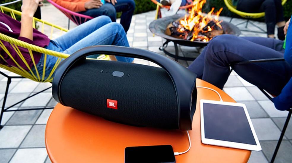 JBL Boombox tem bateria de 24 horas de duração e que serve como powerbank (Foto: Divulgação/JBL)
