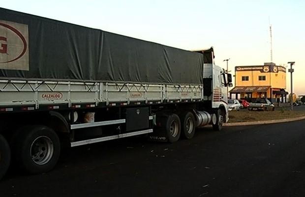 Motorista bêbado é flagrando dirigindo a 146 km/h na BR-153, em Itumbiara (Foto: Reprodução/TV Anhanguera)