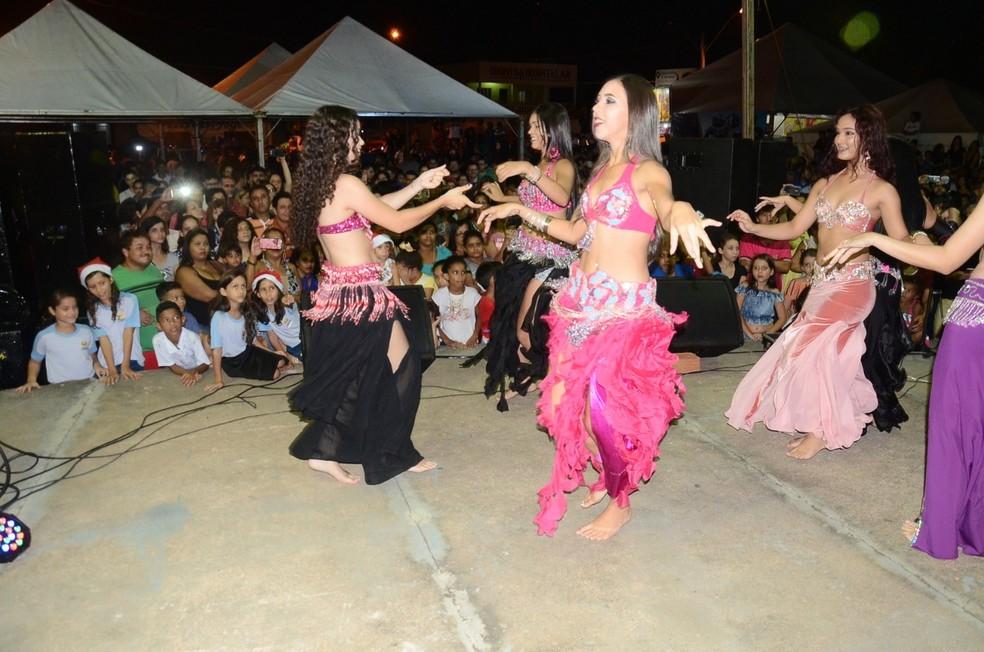 Dança do ventre foi uma das atrações do evento natalino em Ariquemes.  — Foto: Luiz Martins/Rede Amazônica