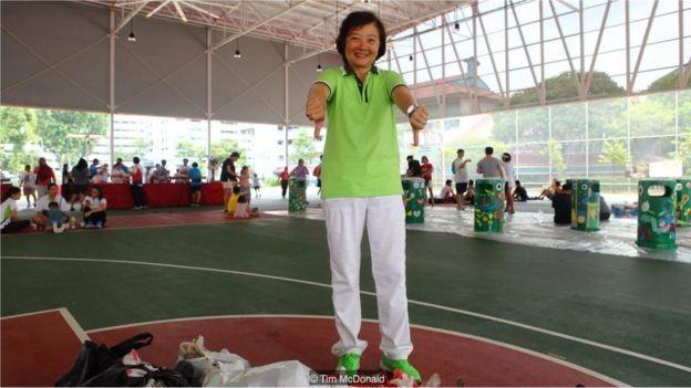 A parlamentar Lee Bee Wah participa do dia da limpeza em Khatib pelo menos uma vez por mês. Ela encoraja seus eleitores a se envolver (Foto: TIM MCDONALD via BBC News Brasil)