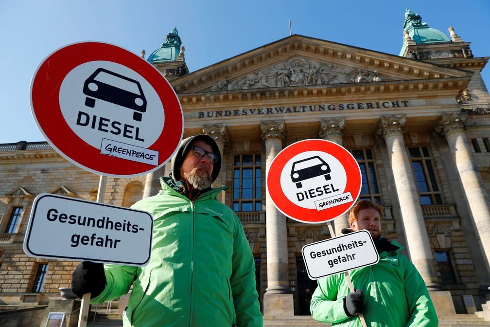 Integrantes do Greepeace prostetam nesta terça-feira (27) contra o uso de carros a diesel em frente à corte federal em Leipzig, na Alemanha (Foto: Fabrizio Bensch/Reuters)