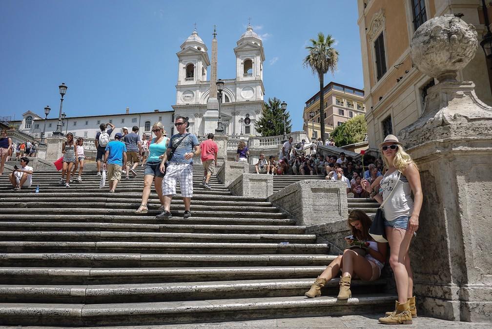 Turistas circulam pela Piazza di Spagna, no centro de Roma. — Foto: ANDREAS SOLARO/AFP