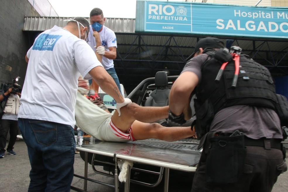 Suspeito ferido durante operação no Jacarezinho, no Rio — Foto: Foto: Betinho Casas Novas/Futura Press/Estadão Conteúdo