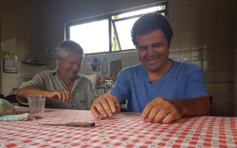 Eduardo e o pai, Francisco, em casa na manhã desta quarta-feira (26) — Foto: Graziela Fávaro/EPTV