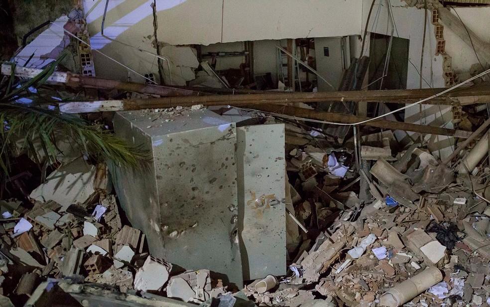 Parte da agência ficou destruída após explosões (Foto: Polícia Civil/ Divulgação)