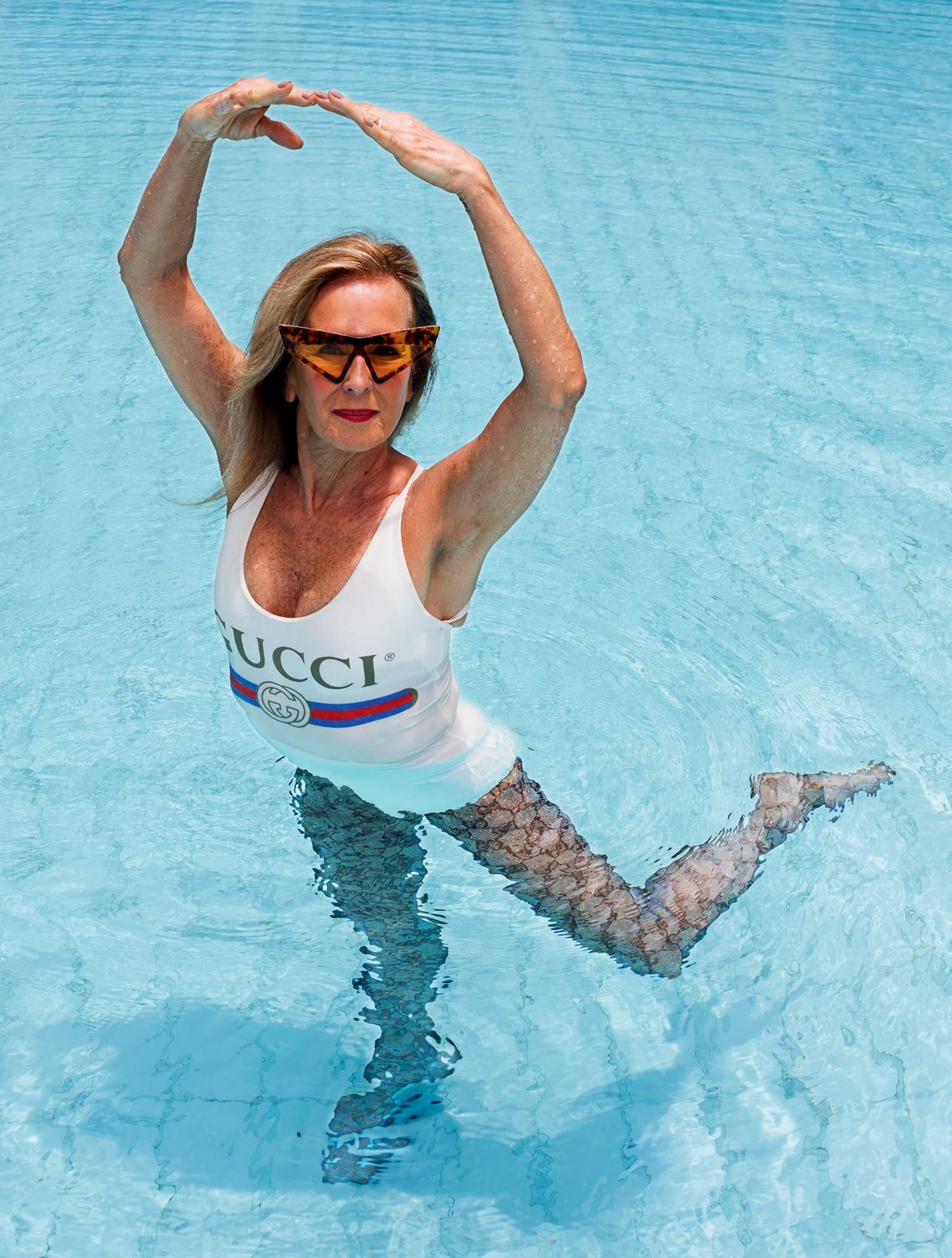 Helô Pinheiro usa body e meia-calça. Óculos, R$ 4.600, Gucci para GO Eyewear.  (Foto: Martin Parr)