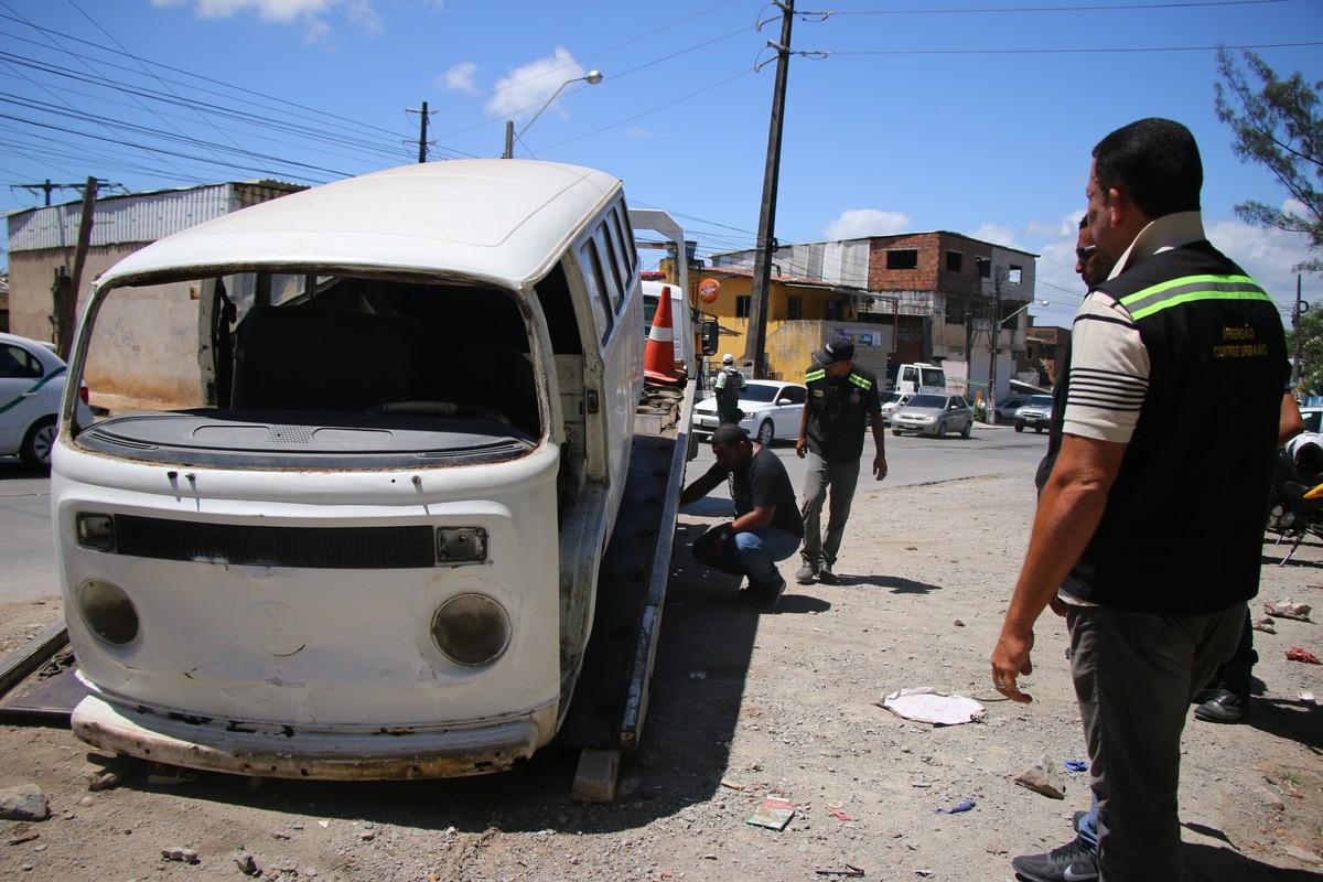 Carros abandonados e carcaças de eletrodomésticos são retirados de avenida no Grande Recife