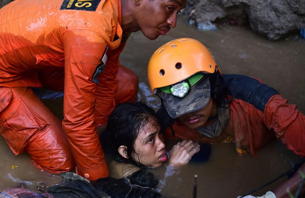 Resgate de adolescente que estava em sua casa atingida pelo terremoto e pelo tsunami em Palu, na ilha de Sulawesi, neste domingo (30)  — Foto: Arimacs Wilander/ AP