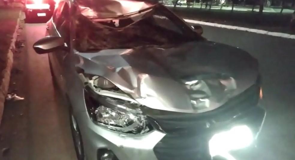 Parte frontal do veículo que atingiu o ciclista em Porto Velho ficou completamente amassada.  — Foto: Mary Porfiro/Rede Amazônica