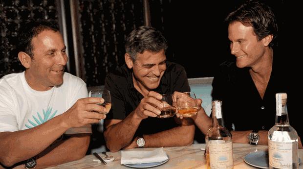 George Clooney entre os sócios Rande Gerber e Mike Meldman (Foto: Divulgação )