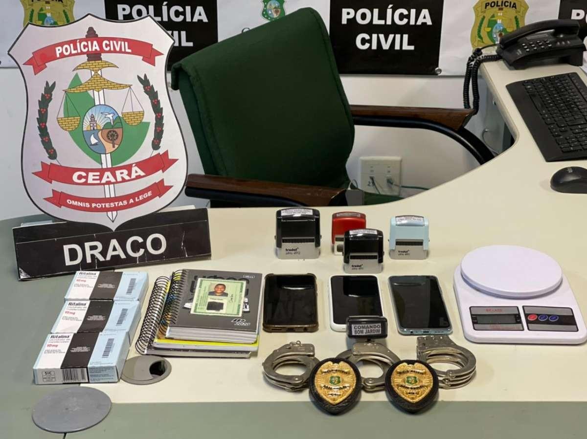 Criminoso incluído em lista de procurados é preso com distintivos policiais e carimbos de médicos em Fortaleza