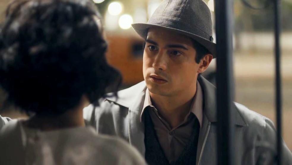 Carlos (Danilo Mesquita) fica ofendido com palavras de Inês (Carol Macedo) — Foto: Globo