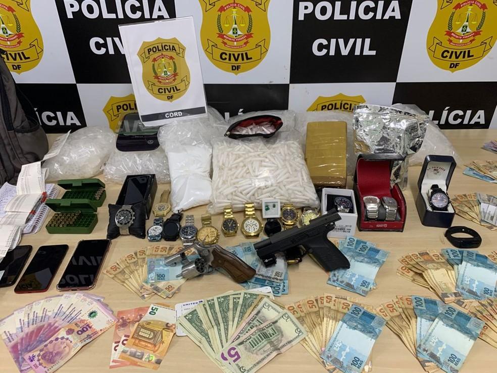 Polícia apreende armas, dinheiro, joias e drogas em casa de suspeito de tráfico, no DF — Foto: PCDF/Divulgação