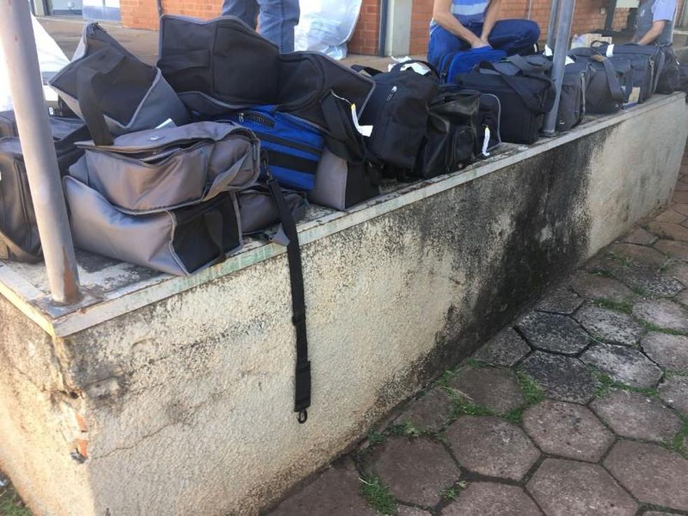 Mochilas apreendidas pela polícia com a mulher (Foto: Divulgação/Polícia)