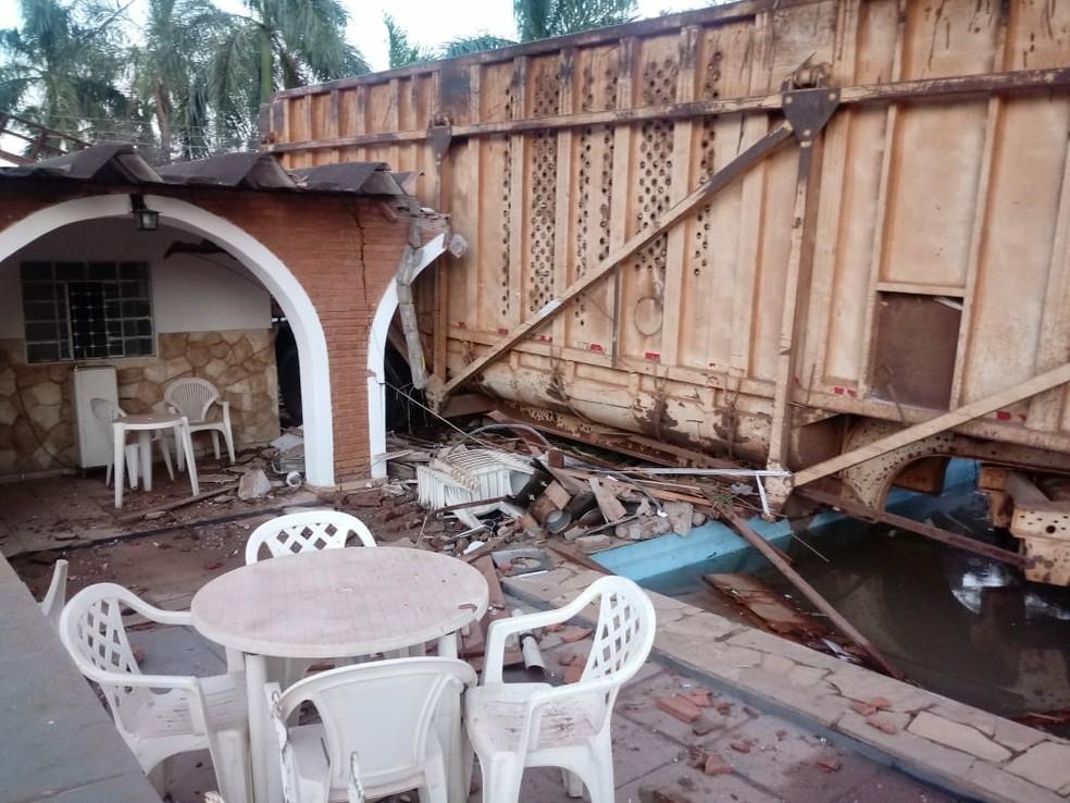 Parte do caminhão parou em cima da piscina do local  (Foto: Arquivo Pessoal )