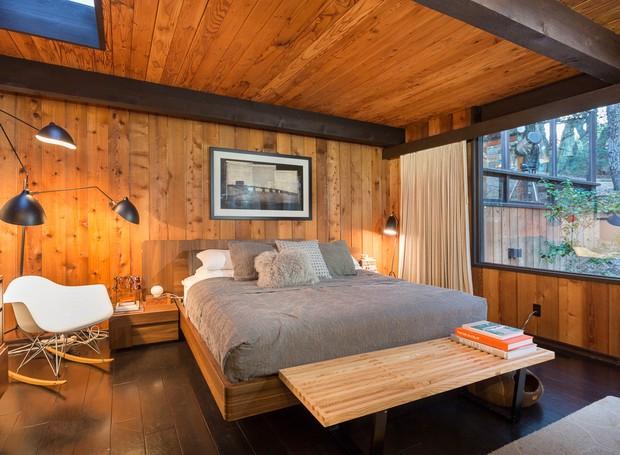 A madeira reveste as paredes do quarto e uma claraboia fica no teto para que o morador possa dormir olhando as estrelas (Foto: Shawn Bishop Photography/ Reprodução)