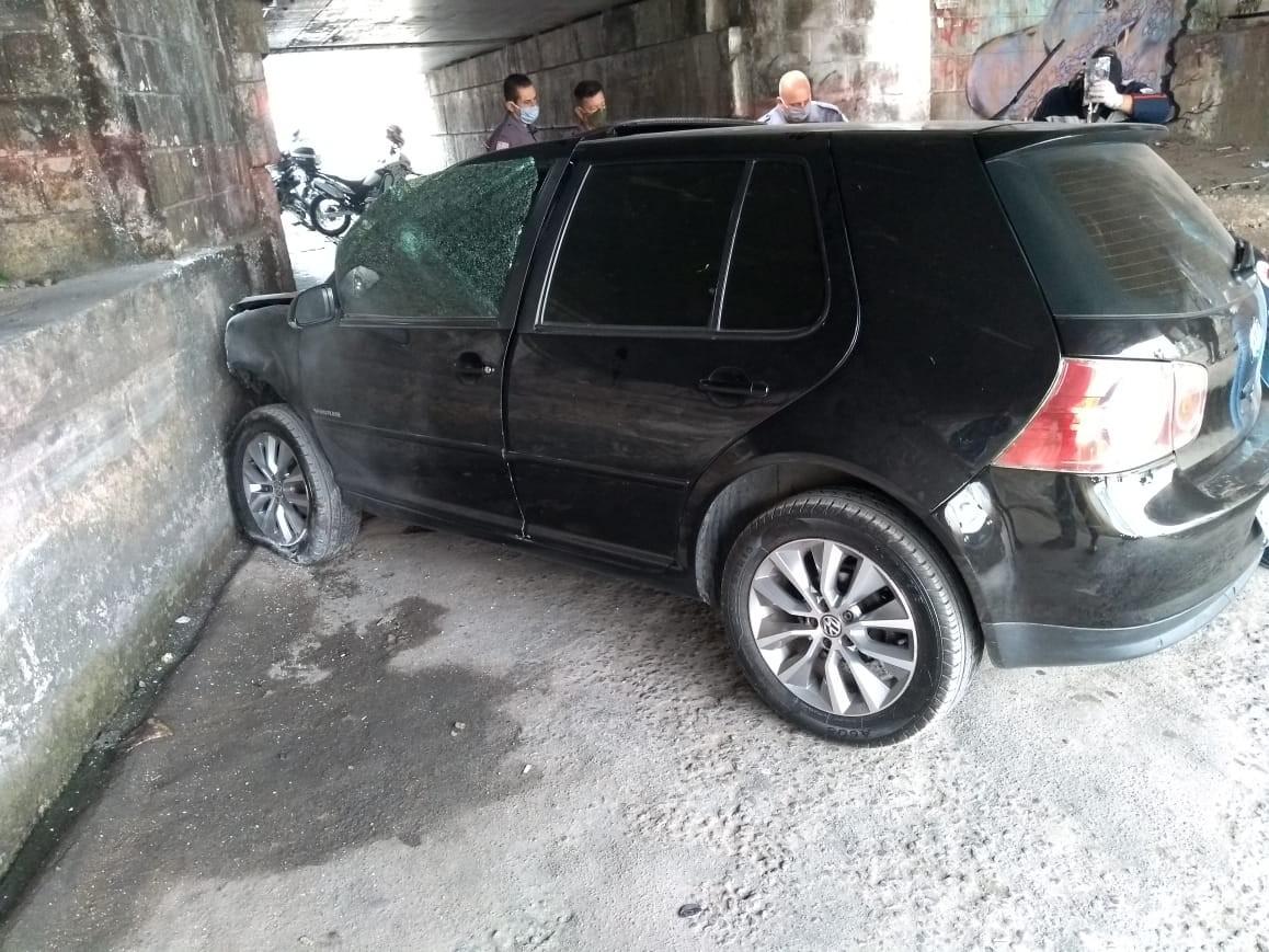 Suspeito é baleado na cabeça pelo comparsa durante roubo, perde controle do carro e provoca acidente em Itaquaquecetuba, diz polícia
