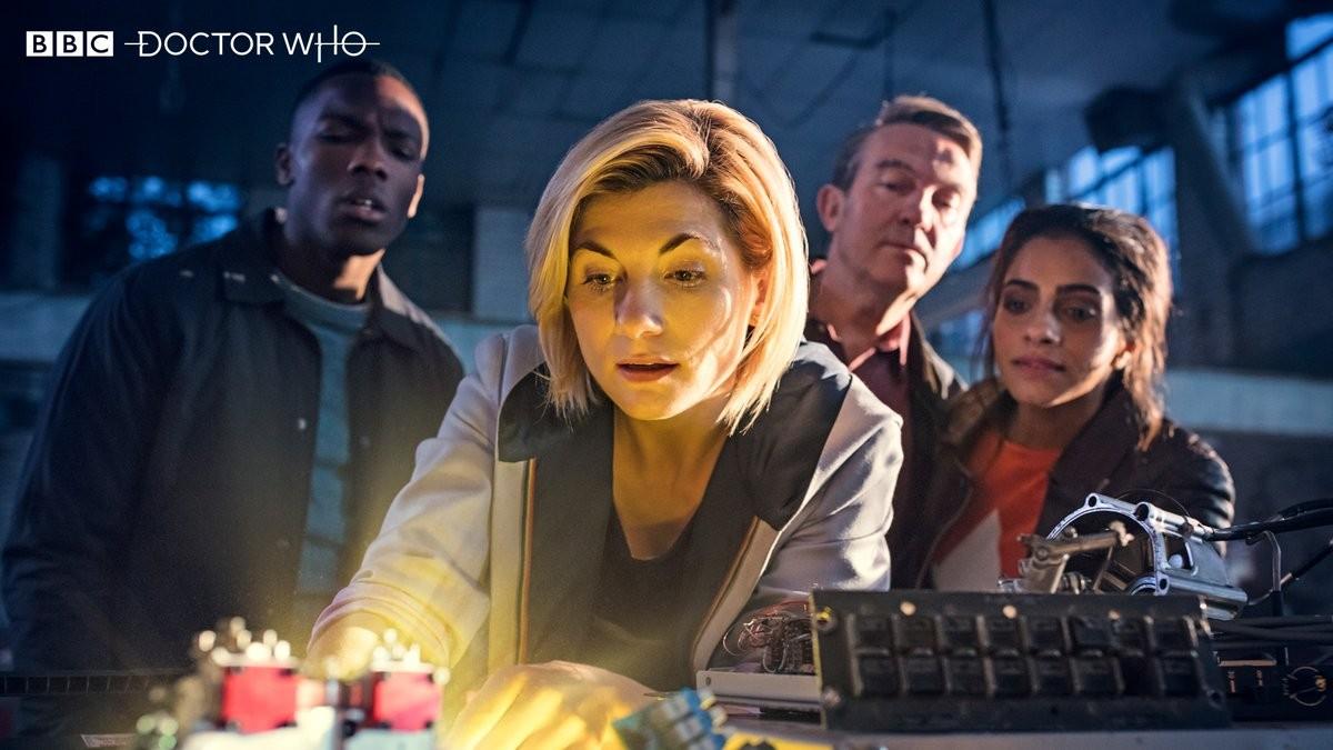 Ao fundo, da esquerda para a direita: Tosin Cole, Bradley Walsh e Mandip Gill. Ao centro, Jodie Whittaker (Foto: BBC/Divulgação)