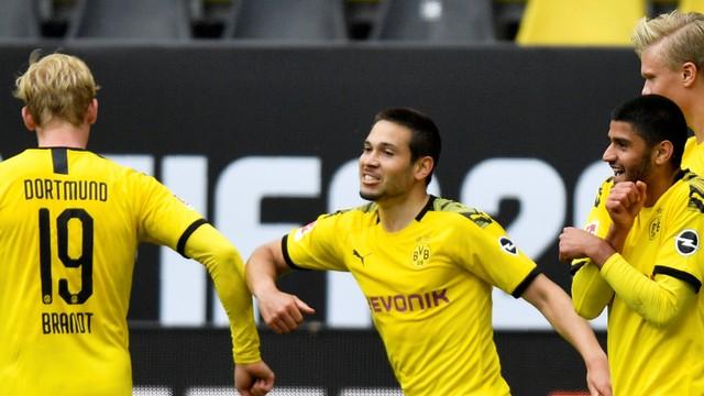 Guerreiro celebra seu gol com cumprimentos com os cotovelos.