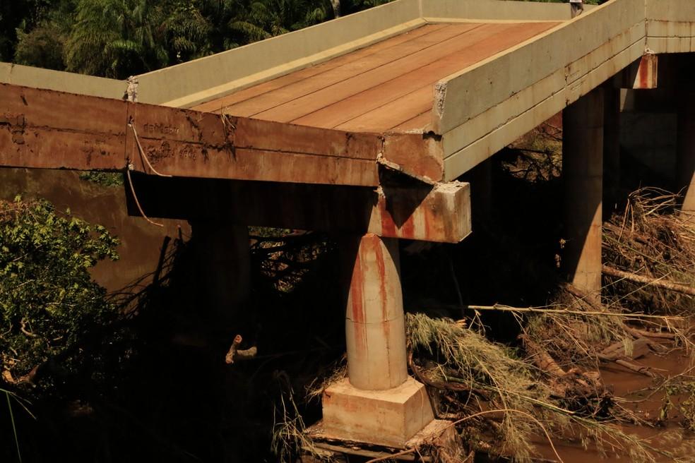 Parte da ponte que deslocou com a força da correnteza do Rio dos Velhos, em Jardim (MS) (Foto: Chico Ribeiro/Segov)