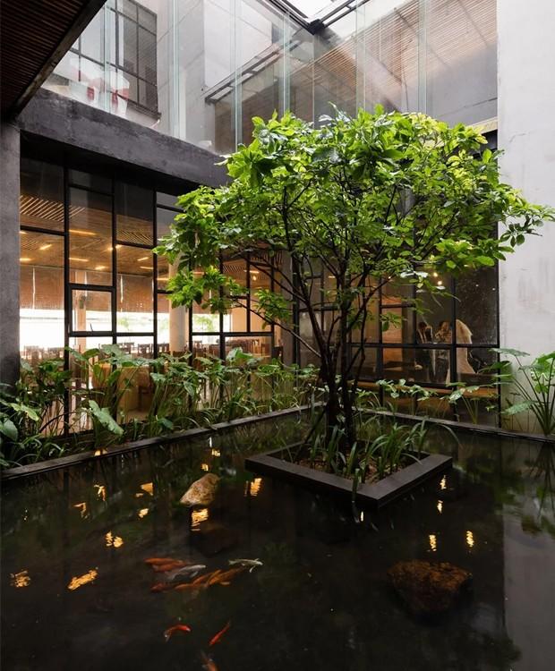 No interior, espaços com plantas e água limpam o ar e refrescam o clima quente (Foto: Quang Dam/ Designboom/ Reprodução)
