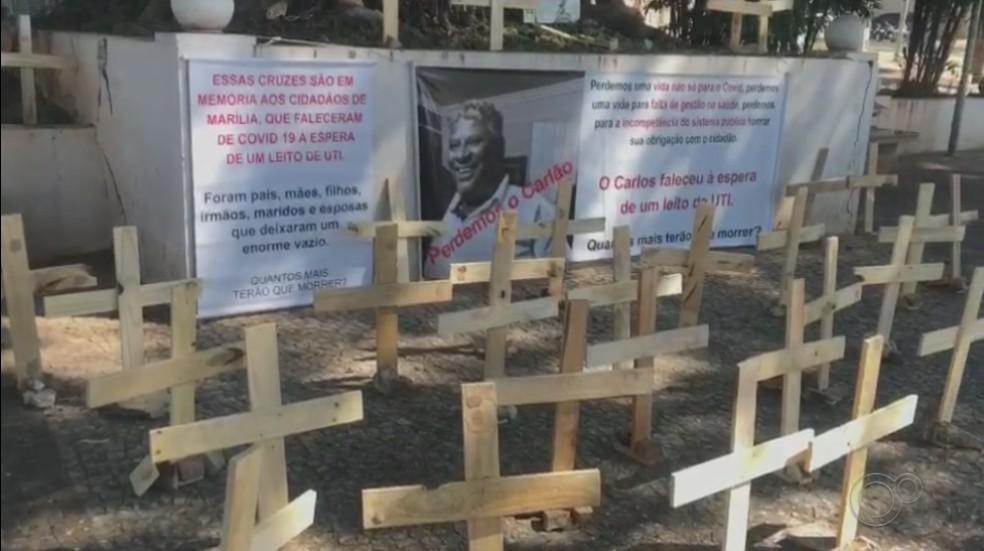 Montagem do memorial em Marília (SP) teve o objetivo de chamar atenção das autoridades para a gravidade da pandemia — Foto: Simone Simões/Arquivo pessoal