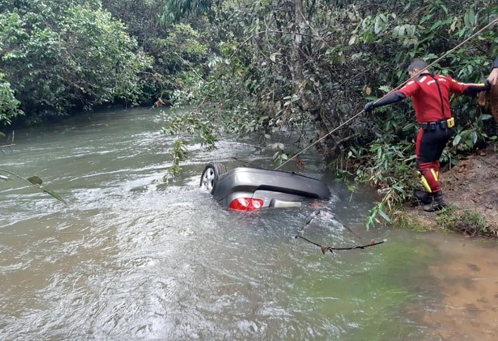 Carro caiu de ponte, afundou em rio e casal de empresários morreu em Sapezal — Foto: Assessoria