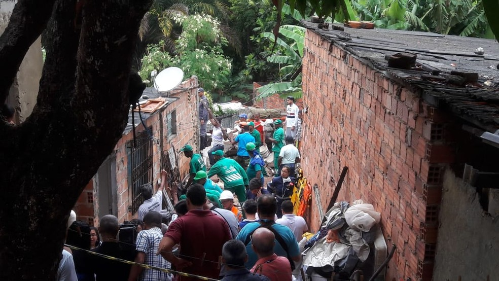 Trabalho da equipe de resgate na comunidade de Alto de São João, bairro de Pituaçu, em Salvador (Foto: Alan Oliveira/G1)