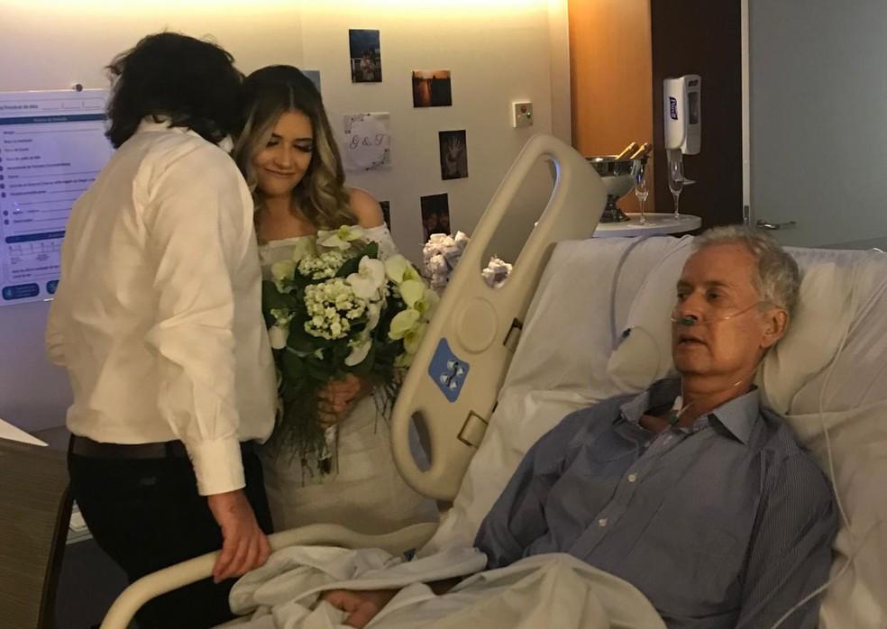 Os noivos Gabriela Palheta e Thalles Tonini no dia do casamento, 5 de abril, dentro do Hospital Oswaldo Cruz, em São Paulo — Foto: Arquivo pessoal