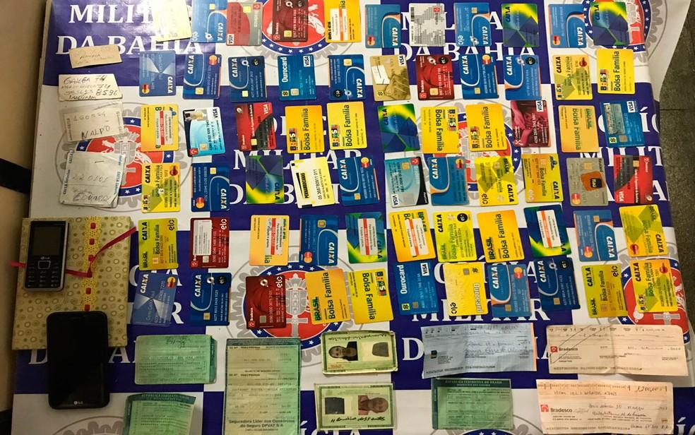 Homem foi preso com 65 cartões de vítimas de agiotagem (Foto: Divulgação/Polícia Civil)