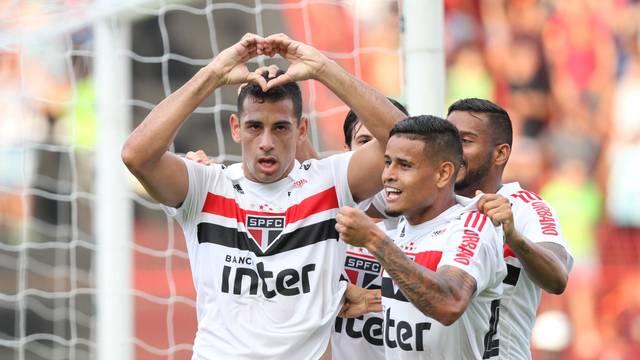 Diego Souza faz um coraçãozinho com as mãos após abrir o placar