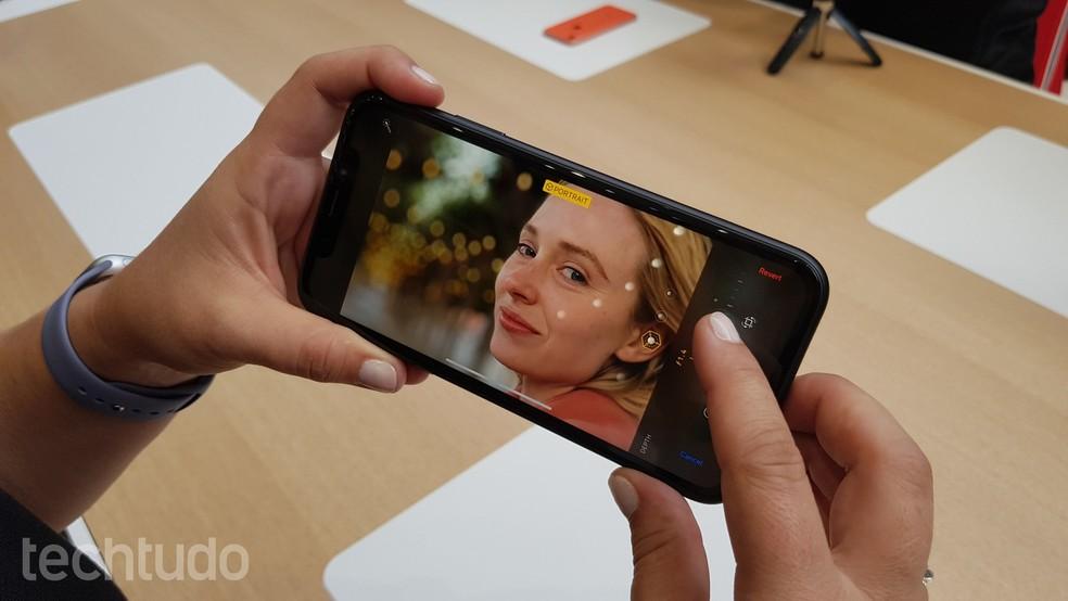 iPhone XR compensa câmera única com poder de processamento do A12 — Foto: Thássius Veloso/TechTudo