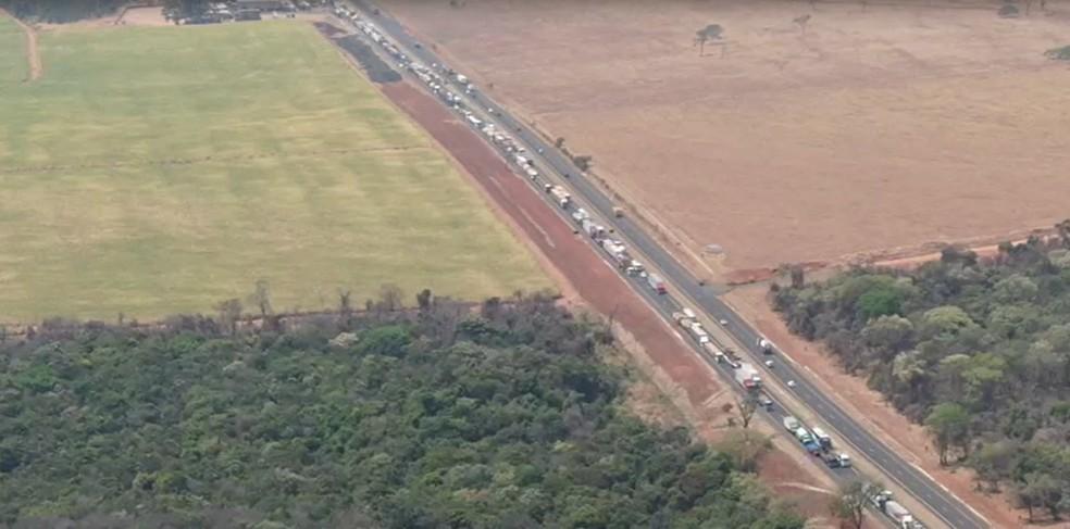 Congestionamento registrado no km 699 na BR-365, entre Uberlândia e Monte Alegre de Minas, foto das 12h21 — Foto: Via Drones/ Divulgação